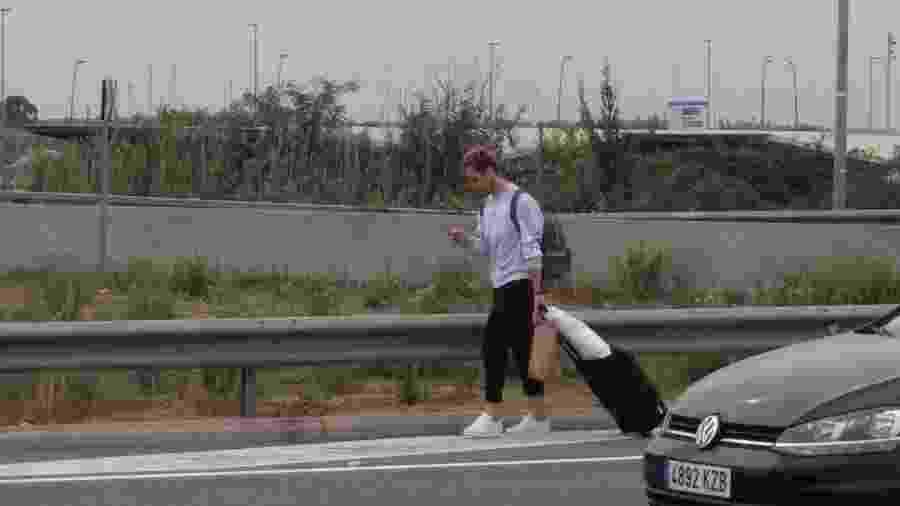 Ivan Rakitic é visto deixando o aeroporto a pé após manifestantes fecharem aeroporto em Barcelona - Reprodução/Twitter/PREC96
