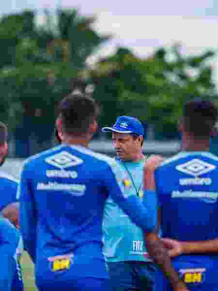 Adilson Batista conversa com jogadores do Cruzeiro na Toca da Raposa - Vinnicius Silva/Cruzeiro