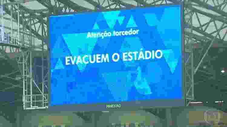 Telão do Mineirão exibe mensagem pedindo para os torcedores evacuarem o estádio - Reprodução - Reprodução