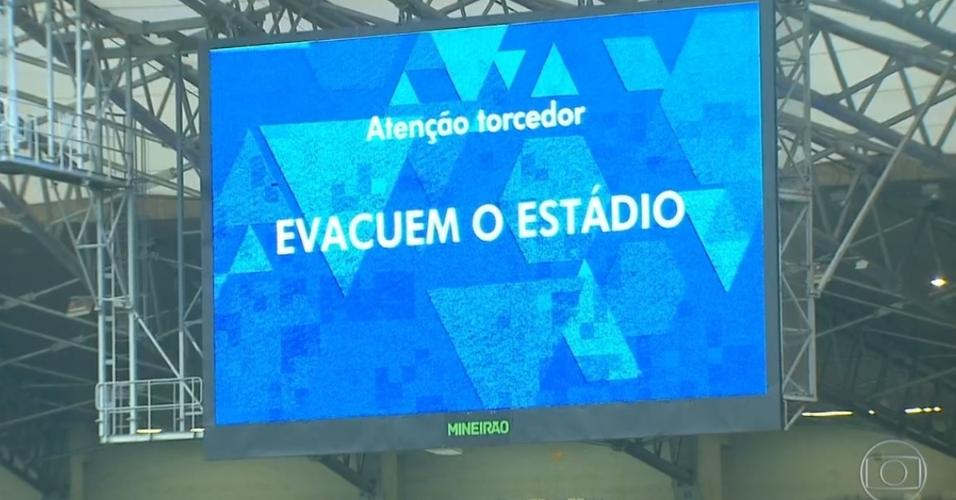 Telão do Mineirão exibe mensagem pedindo para os torcedores evacuarem o estádio