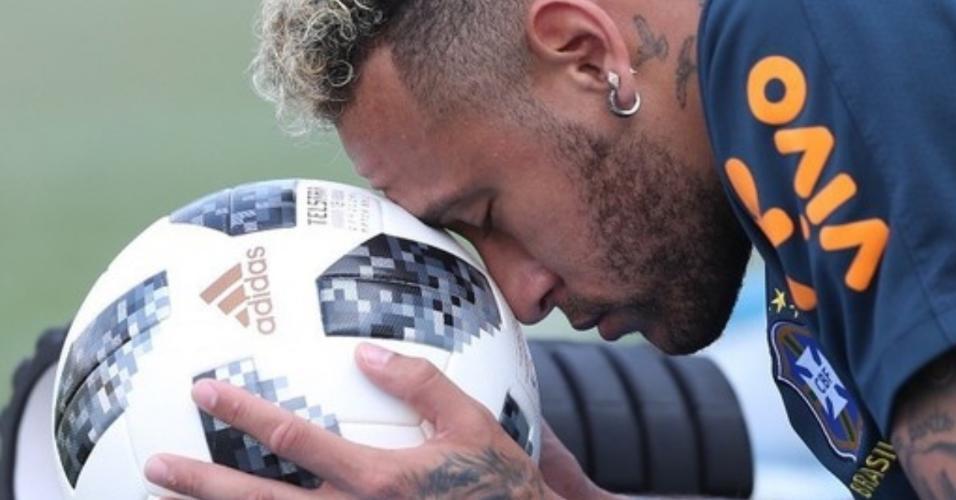 Neymar e sua companheira inseparável, a bola