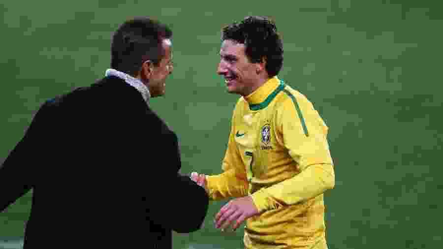 Elano e Dunga se cumprimentam durante jogo do Brasil contra a Coreia do Norte em 2010 - Jeff Mitchell/ Fifa via Getty Images