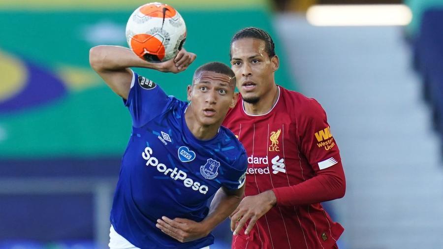 Richarlison disputa lance com Van Dijk durante clássico entre Everton e Liverpool  - Reuters