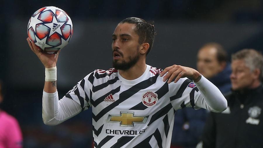 Alex Telles em ação com a camisa do Manchester United - Matthew Peters/Manchester United via Getty Images