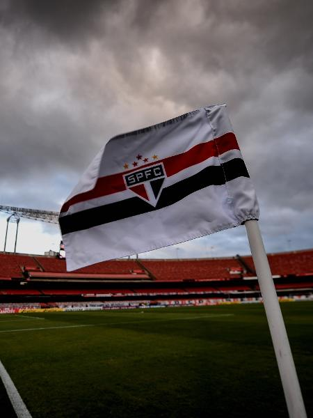 Bandeira do São Paulo tremula no escanteio do gramado do Morumbi - Divulgação/Conmebol