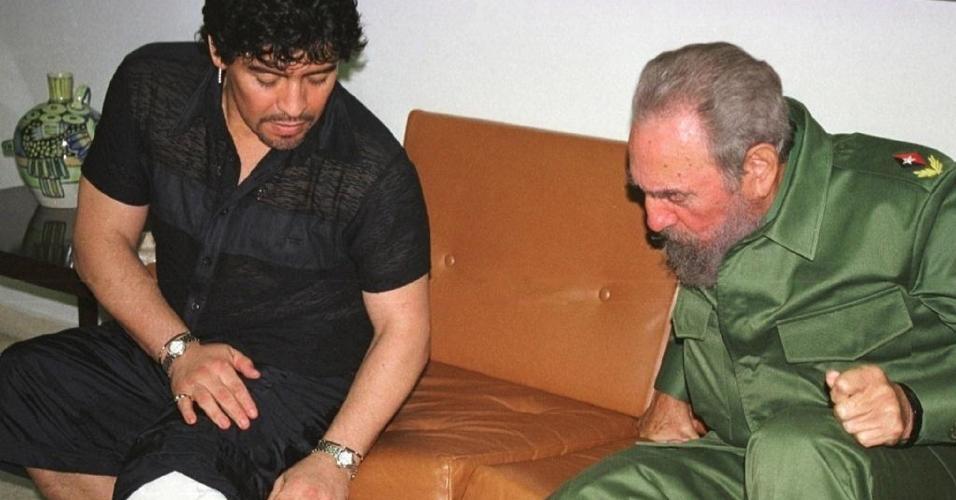 Maradona mostra para Fidel Castro tatuagem com o rosto do líder cubano
