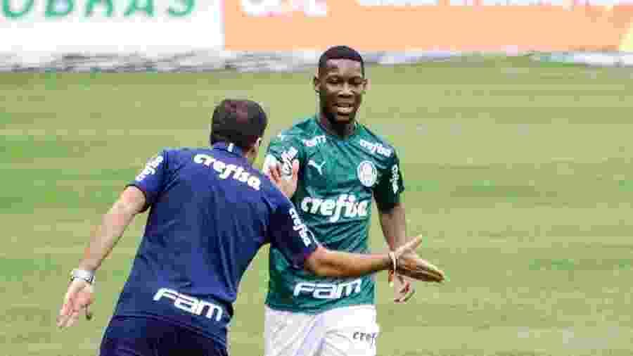 Patrick de Paula, do Palmeiras, comemora seu gol diante do Athletico-PR com o técnico Abel Ferreira - Gero Rodrigues/Estadão Conteúdo