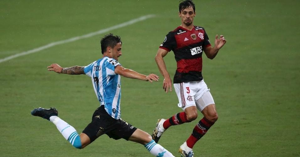 O zagueiro flamenguista Rodrigo Caio marca o meia Héctor Fértoli, do Racing
