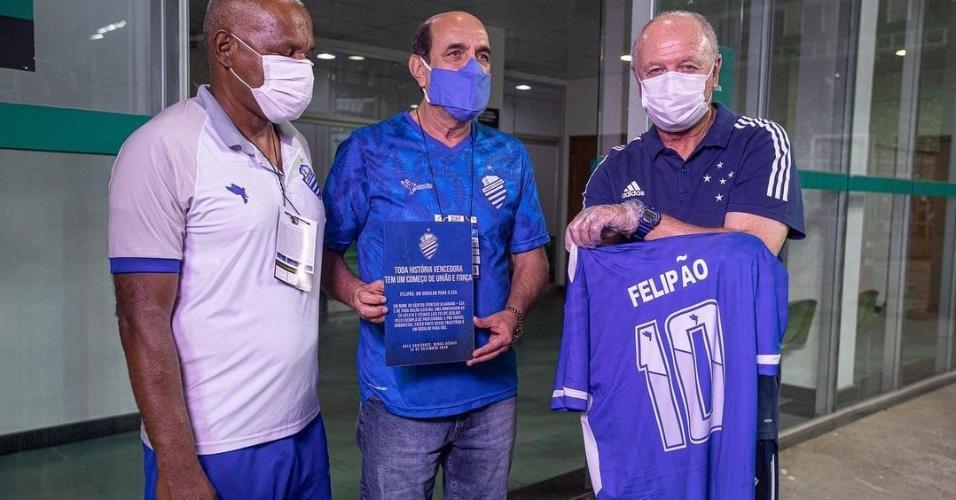 Felipão recebe homenagem do CSA