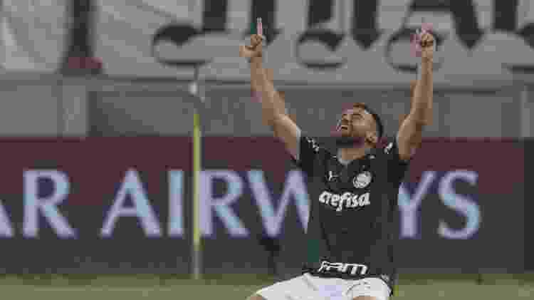 Alan Empereur agradece aos céus após classificação do Palmeiras à final da Libertadores - AMANDA PEROBELLI / POOL / AFP - AMANDA PEROBELLI / POOL / AFP