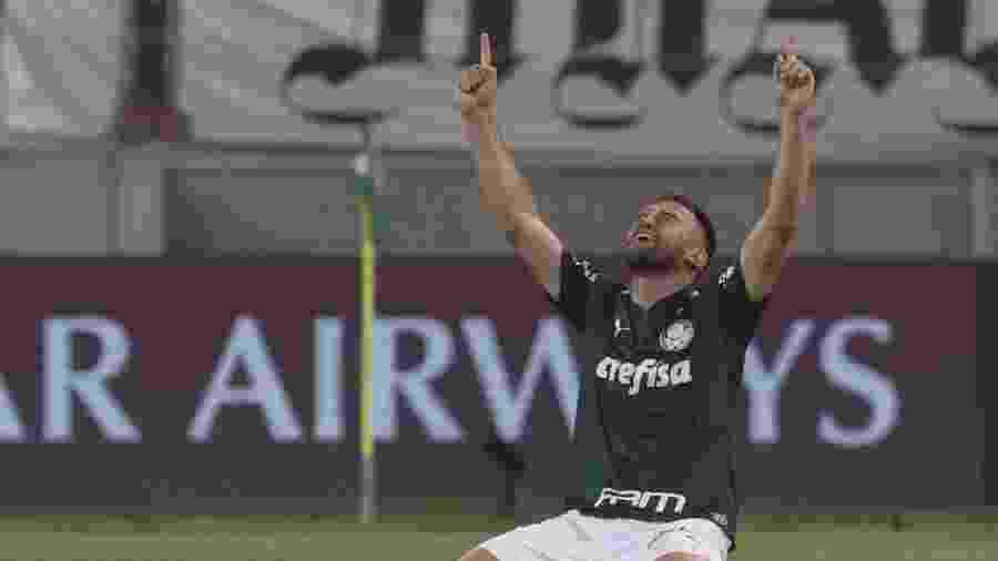 Alan Empereur agradece aos céus após classificação do Palmeiras à final da Libertadores - AMANDA PEROBELLI / POOL / AFP