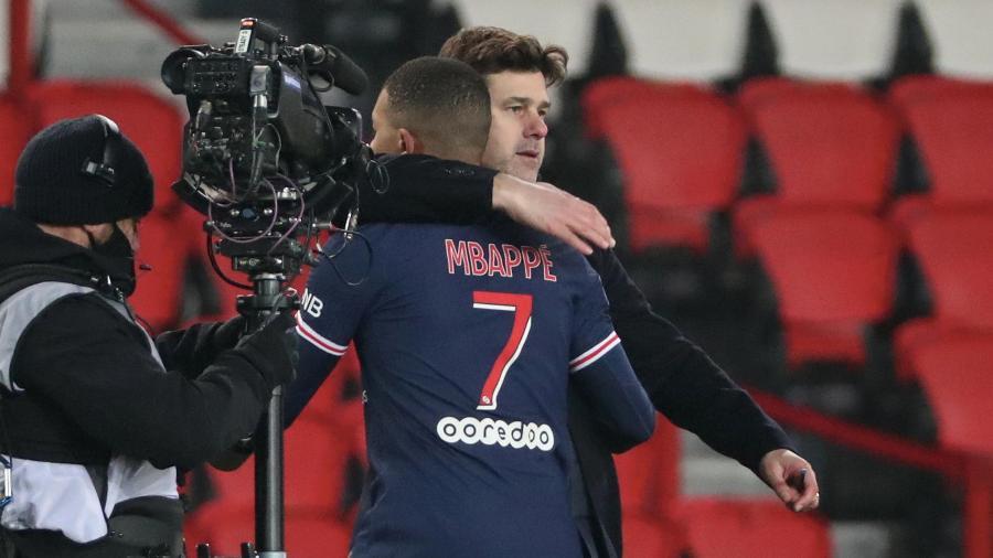 Mauricio Pochettino abraça Mbappé após a vitória do PSG sobre o Brest -  Xavier Laine/Getty Images