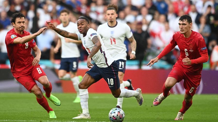 Sterling tenta se livrar da marcação da Dinamarca na semifinal da Eurocopa - Andy Rain / POOL / AFP