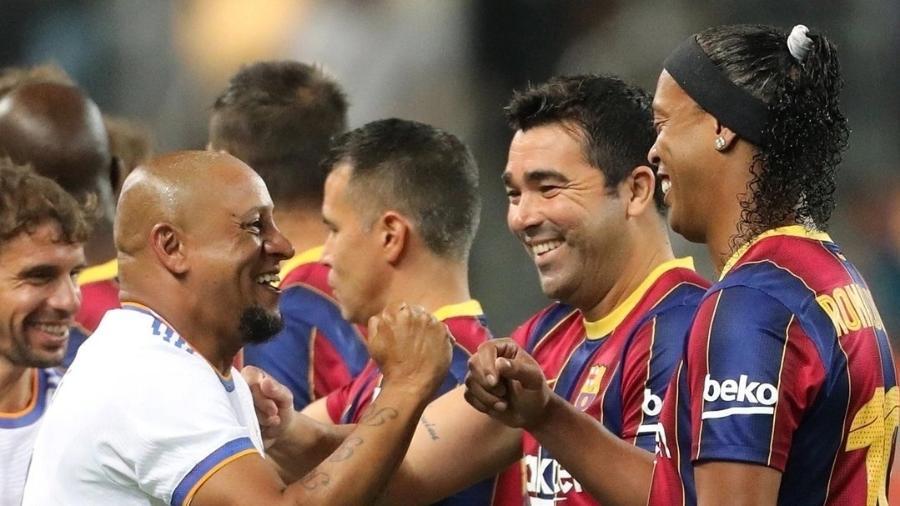 Ronaldinho Gaúcho cumprimenta Roberto Carlos durante amistoso das lendas - Twitter