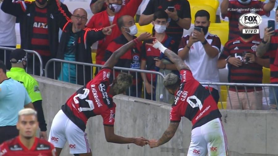 Bruno Henrique e Gabigol comemoram gol do Flamengo contra o Barcelona-EQU, na Libertadores - Reprodução/Fox Sports