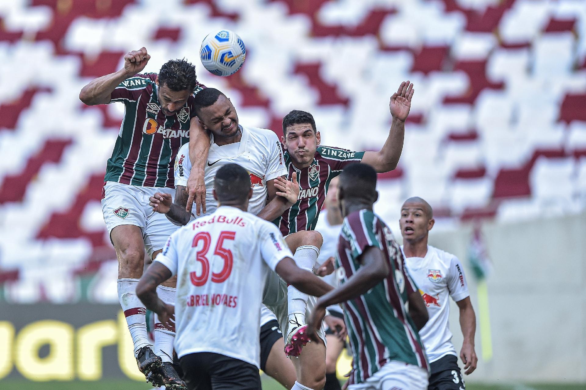 Fred, atacante do Fluminense, disputa bola no alto com defensores do Red Bull Bragantino em partida pela 22ª rodada do Brasileirão