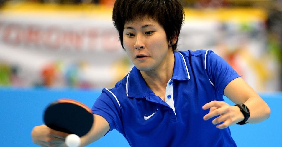 Caroline Kumahara durante partida do tênis de mesa feminino