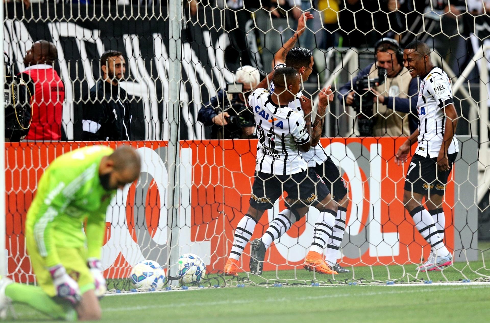 Corinthians bate Sport com pênalti (bem) polêmico e vira líder - 12 08 2015  - UOL Esporte d2b94106f4c40