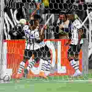 Luciano e jogadores do Corinthians comemoram o gol de Luciano contra o Sport, pelo Campeonato Brasileiro - Ernesto Rodrigues/Folhapress.ESPORTE