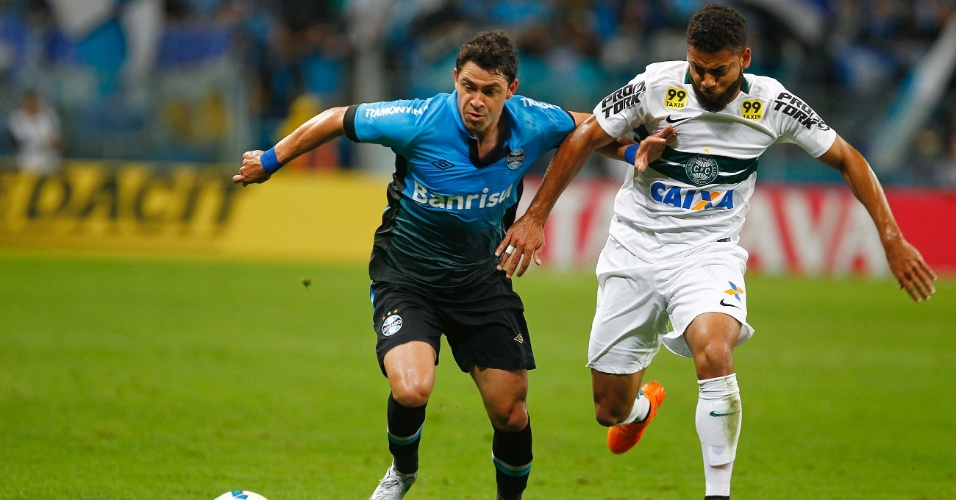 Giuliano disputa bola durante confronto entre Grêmio e Coritiba