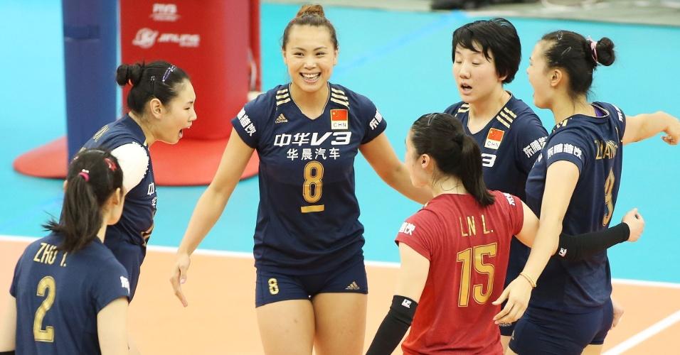 Jogadoras chinesas comemoram ponto conto contra o Japão