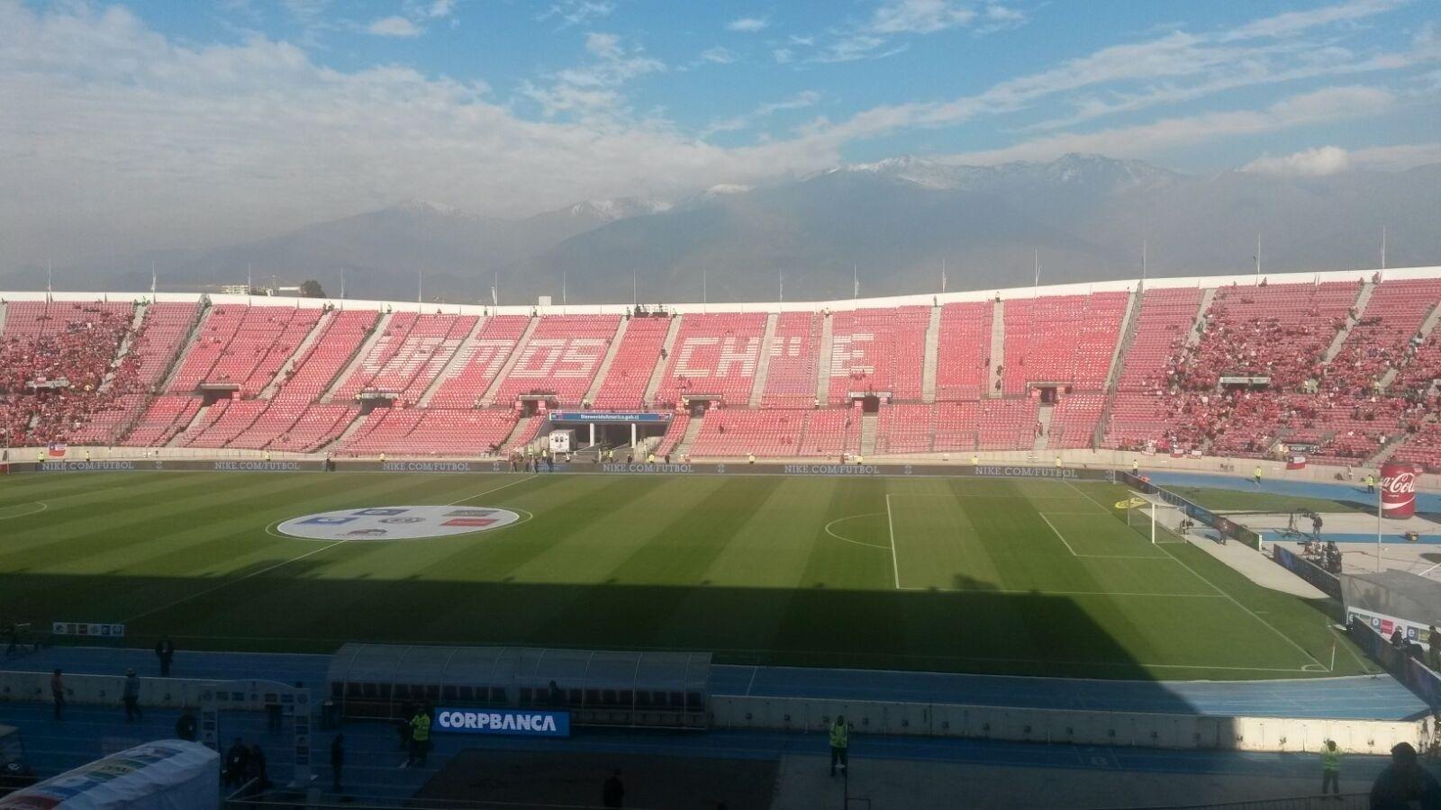 Torcedores do Chile já ocupam as arquibancadas do Estádio Nacional, palco do jogo contra o Brasil nas Eliminatórias da Copa
