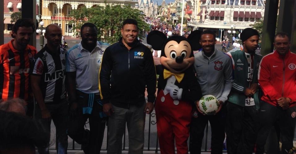 Representantes do Shakhtar Donetsk, Atlético-MG, Schalke 04, Corinthians, Fluminense e Internacional posam ao lado de Ronaldo e do Mickey na Parada da Disney