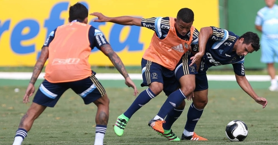 Jean e Gabriel Jesus disputam a bola durante coletivo do Palmeiras