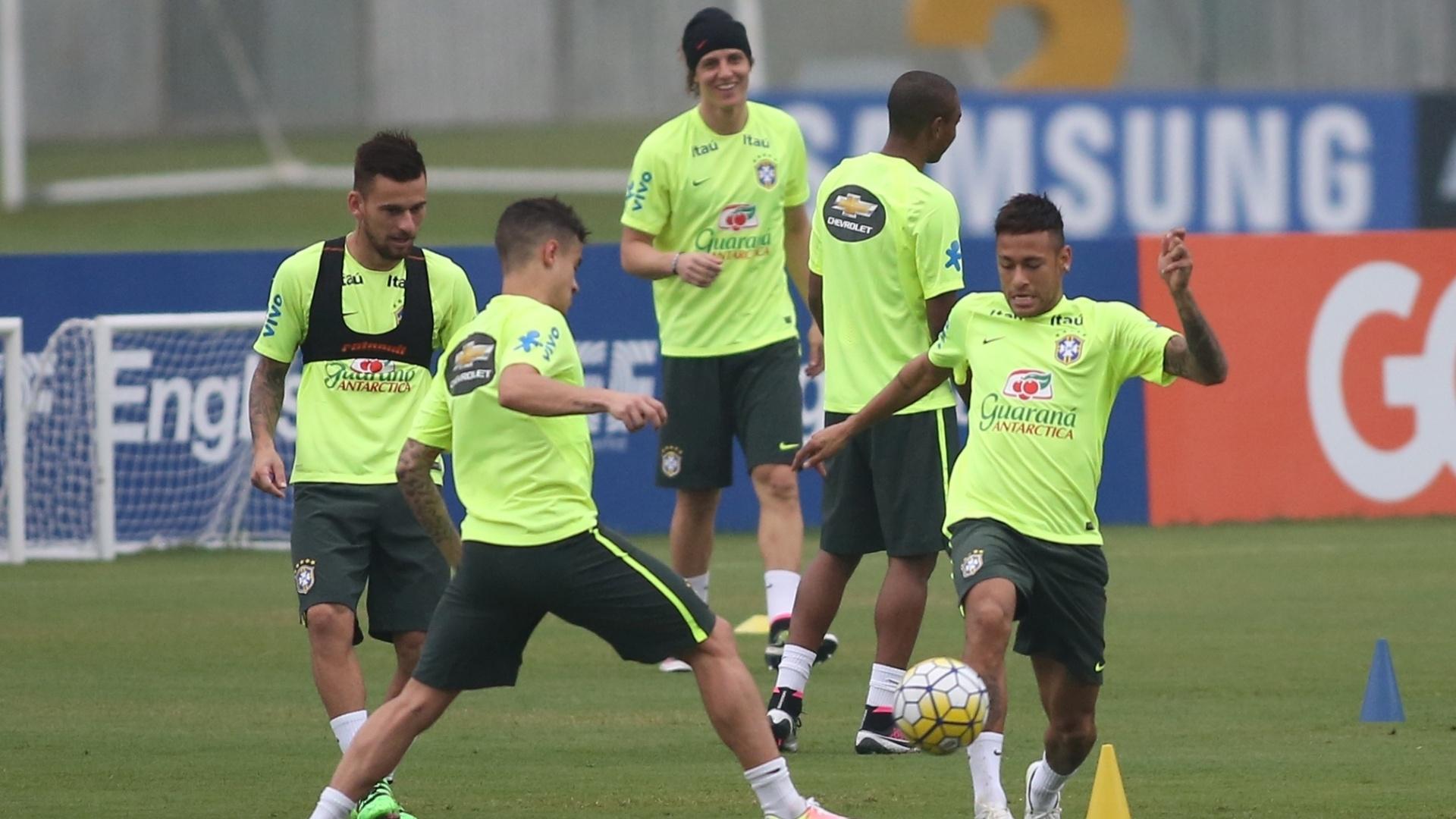 Neymar disputa aquecimento da seleção brasileira após sentir dores