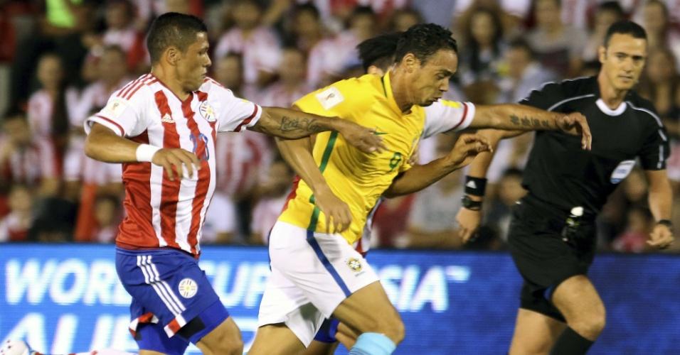 Ricarod Oliveira disputa bola com Richard Ortiz, do Paraguai, em partida válida pelas Eliminatórias