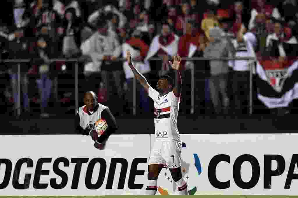 Michel Bastos comemora primeiro gol do São Paulo contra o Toluca no Morumbi - AFP PHOTO / NELSON ALMEIDA