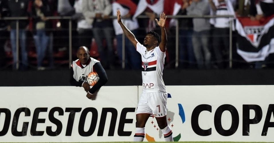 Michel Bastos comemora primeiro gol do São Paulo contra o Toluca no Morumbi