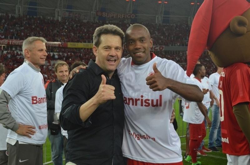 Técnico Argel comemora no gramado do Beira-Rio após a conquista do Campeonato Gaúcho de 2016
