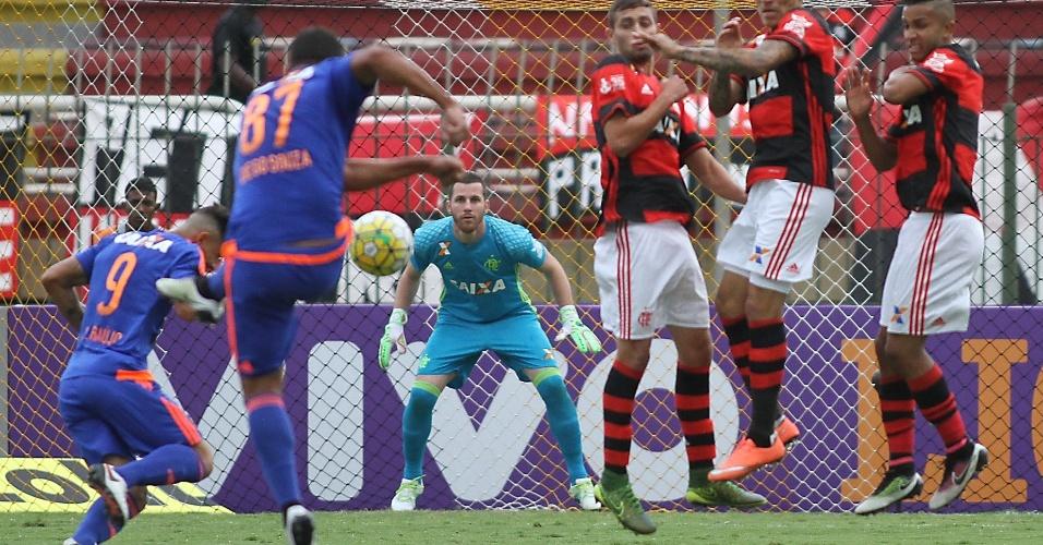 Diego Souza cobra falta em derrota do Sport para o Flamengo