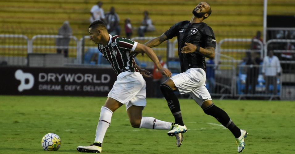Jogadores de Fluminense e Botafogo disputam bola durante o clássico