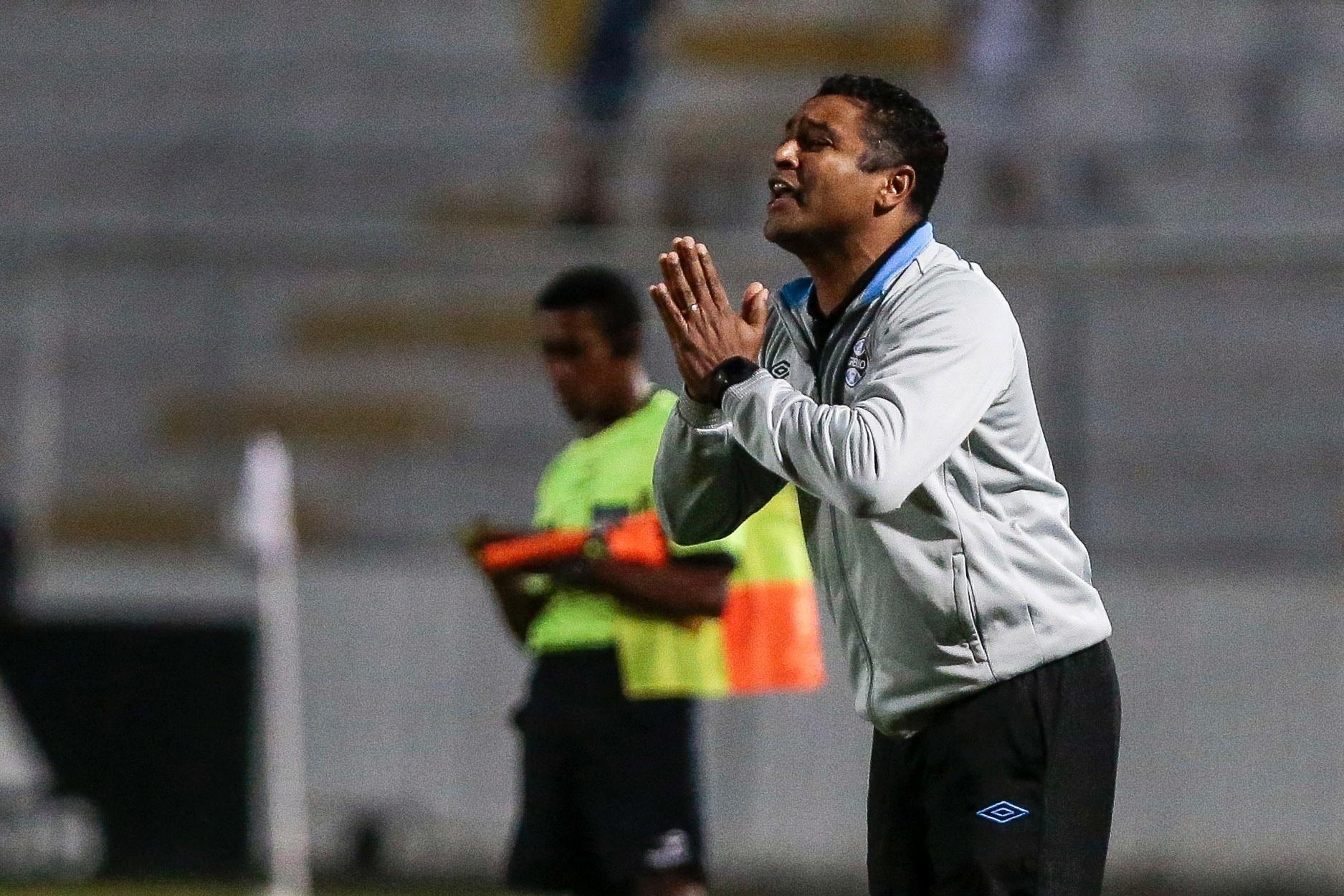 Roger, técnico do Grêmio, reclama em lance contra a Ponte Preta