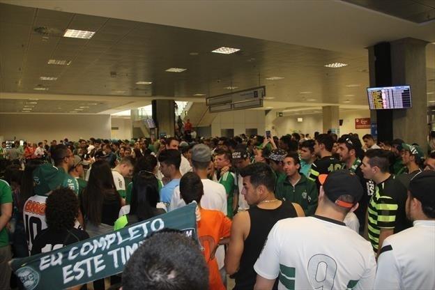 Torcedores do Coritiba lotam aeroporto depois de classificação na Copa Sul-Americana