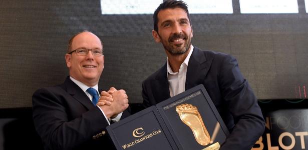 Buffon recebe o prêmio Golden Foot do príncipe Alberto em Mônaco
