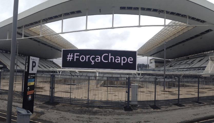 """Arena Corinthians estende faixa com """"#ForçaChape"""" em homenagem à Chapecoense"""