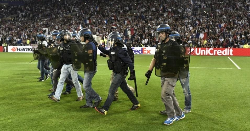 Policiais entraram em campo para acalmar a situação depois do tumulto entre torcedores do Lyon e do Besiktas