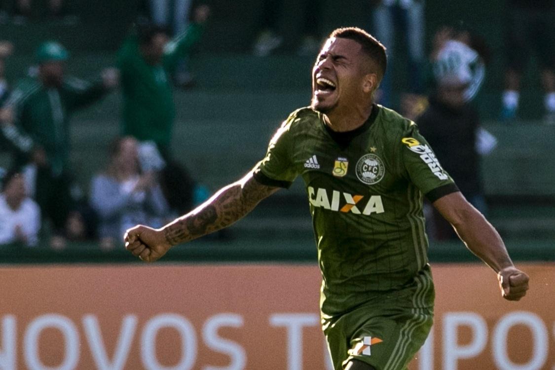 Thiago Carleto comemora gol do Coritiba diante da Chapecoense no Couto Pereira pelo Campeonato Brasileiro 2017