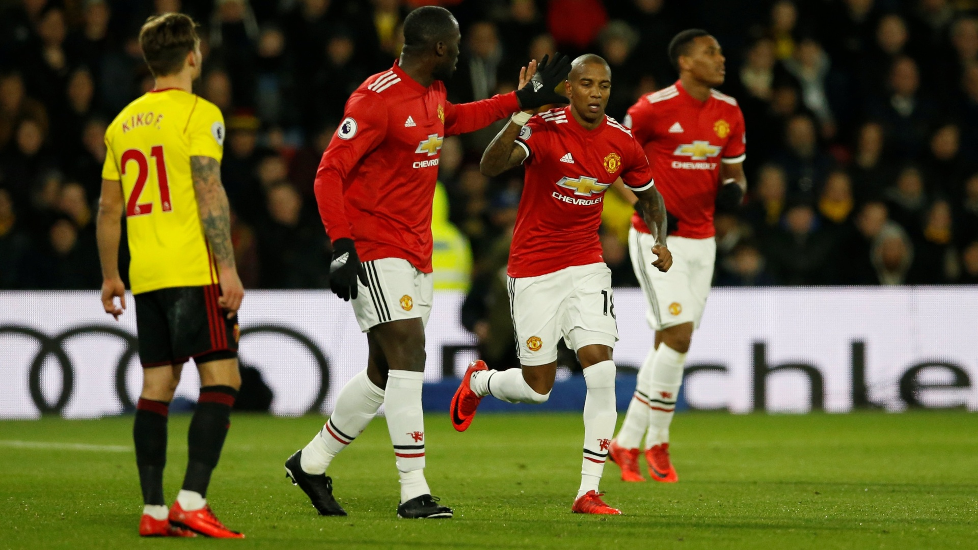 Ashley Young comemora os dois gols do United diante do Watford