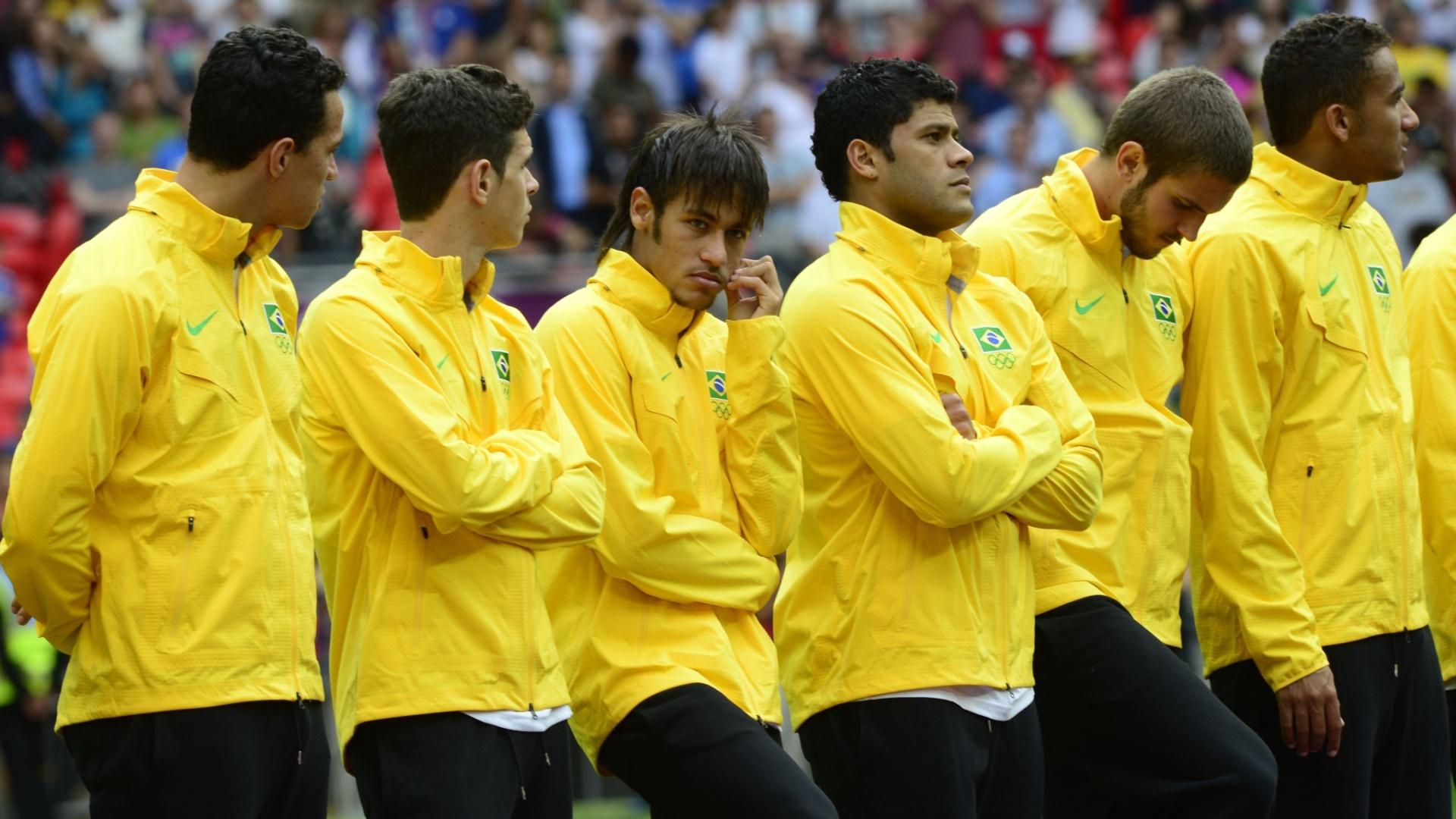 Neymar e o restante da seleção brasileira com cara de poucos amigos na cerimônia de premiação dos Jogos Olímpicos de Londres, em que a equipe ficou com a medalha de prata