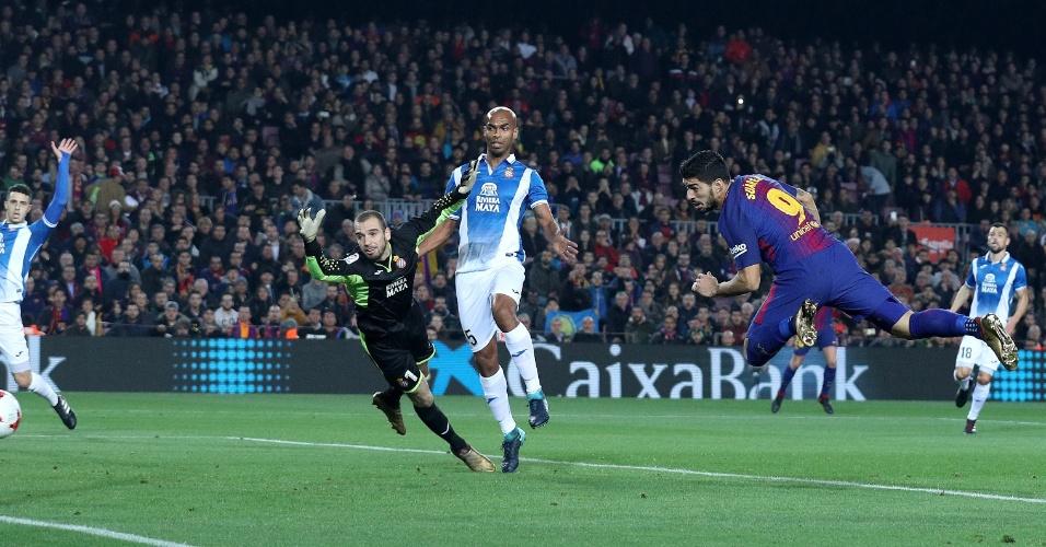 Suárez, de cabeça, abre o placar para o Barcelona