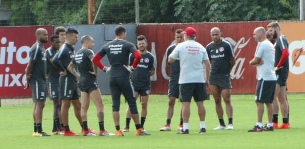 Odair Hellmann orienta time titular do Internacional antes de treinamento
