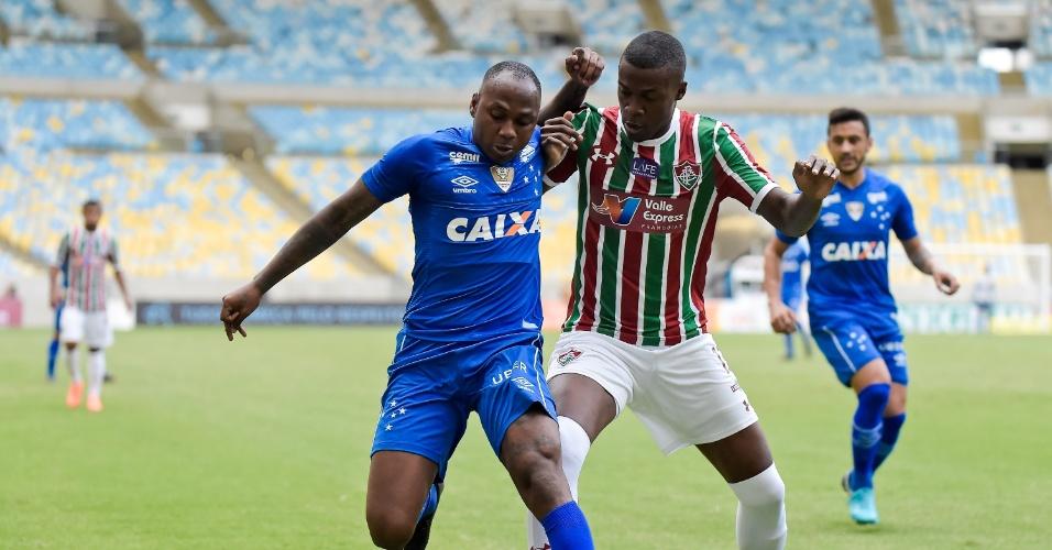 Frazan tenta tomar a bola de Sassá no jogo entre Fluminense e Cruzeiro