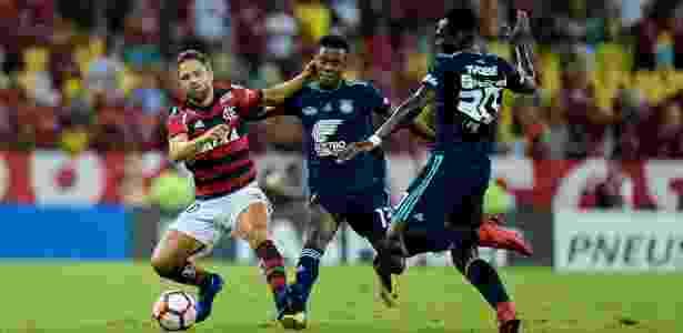 f4b352ffaf Flamengo vence Emelec e avança para as oitavas pela 1ª vez desde ...