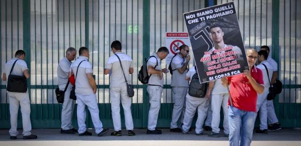Manifestação do lado de fora da fábrica da FCA em Pomigliano d?Arco