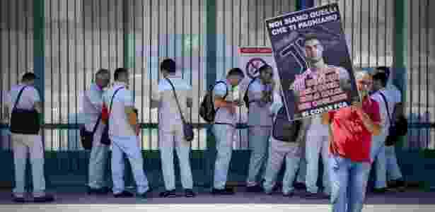 11509e83e4 Manifestação do lado de fora da fábrica da FCA em Pomigliano d Arco Imagem   Ciro Fusco Ansa