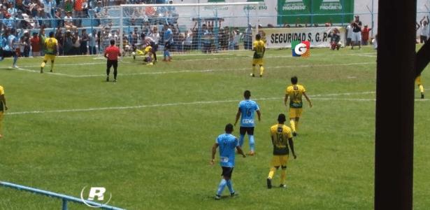 Goleiro rouba a cena do pior jeito na Guatemala: marcando no próprio gol - Reprodução/Internet